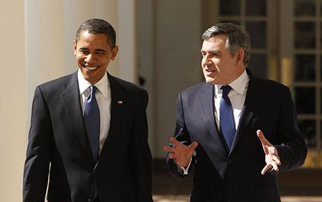 President Barack Obama and British Prime Minister Gordon Brown walk down the Colonnade of the White House in Washington, Photo: AP